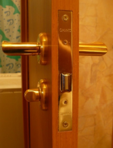 Врезка замка в межкомнатную дверь